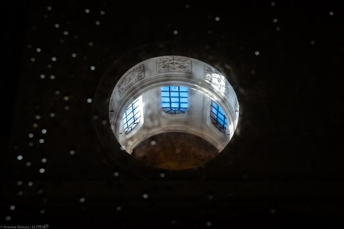 "Basilika Santo Kosmas dan Damianus. Cupula dari ""Kuil Romulus,"" tercermin di lantai. Basilika Santo Kosmas dan Santo Damianus adalah milik Kementerian Dalam Negeri Italia. © Antoine Mekary | ALETEIA ""Setengah Prapaskah."" Basilika Santo Kosmas dan Santo Damianus"