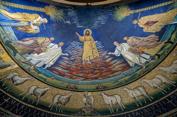 Basilika Santo Kosmas dan Santo Damianus. Mosaik berbentuk apse yang terkenal menggambarkan penerimaan dua martir ke surga. Basilika Santo Kosmas dan Santo Damianus adalah milik Kementerian Dalam Negeri Italia. © Antoine Mekary | ALETEIA