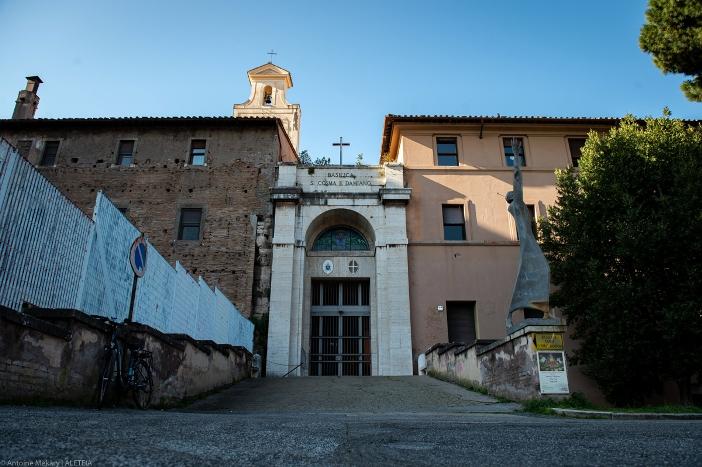 Basilika Santo Kosmas dan Santo Damianus (pintu masuk). Basilika Santo Kosmas dan Santo Damianus adalah milik Kementerian Dalam Negeri Italia. © Antoine Mekary | ALETEIA