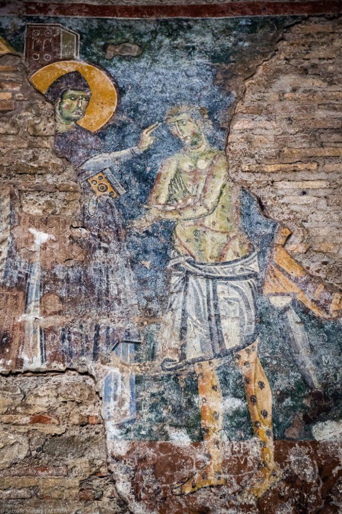Basilika Santo Krisogonus di Trastevere (penggalian). Lukisan dinding yang menggambarkan Santo Benediktus sedang menyembuhkan seorang penderita kusta (abad ke-10-11). Basilika Santo Krisogonus di Trastevere adalah milik Properti Dana Bangunan Ibadah dari Kementerian Dalam Negeri Italia © Antoine Mekary   ALETEIA