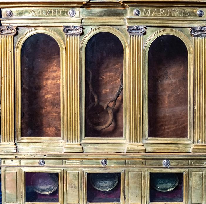 Basilika Santo Laurensius di Lucina. Rantai Santo Laurensius saat dia menjadi tahanan. Kini, di lokasi penjara ada gereja yang didedikasikan untuknya. Basilika Santo Laurensius di Lucina adalah milik Kementerian Dalam Negeri Italia. © Antoine Mekary | ALETEIA