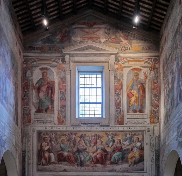 Basilika Santo Nereus dan Akhilleus. Dalam lukisan di bagian dalam dio bagian depan, di bawah jendela besar, terdapat lukisan dinding kemuliaan beberapa orang kusus, termasuk Akhilleus (tengah) dan Nereus di belakangnya. © Polvo2020   Shutterstock