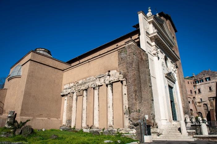 Basilika Santo Nikolas di Carcere (eksterior). Basilika dibangun di atas area tiga kuil kuno, beberapa tiang di antaranya bisa dilihat tertanam di dinding samping. © Antoine Mekary | ALETEIA