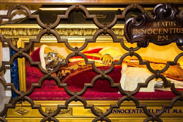 Basilika Santo Petrus. Jenazah Innocentius XI. © Liya_Blumesser | Shutterstock