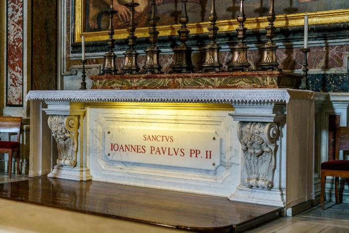 Basilika Santo Petrus. Makam Yohanes Paulus II, di kapel Santo Sebastianus. © Orso | Shutterstock