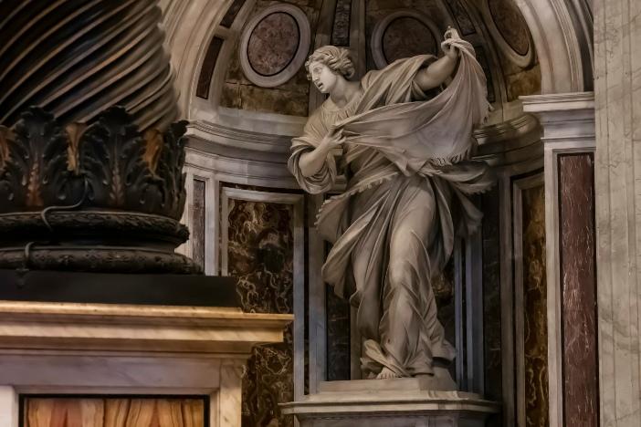 Basilika Santo Petrus. Patung Sabta Veronica. Di teras, di atas ceruk disimpan apa yang dianggap sebagai kerudung yang digunakannya untuk mengusap wajah Yesus. © Damian Byrne | Shutterstock