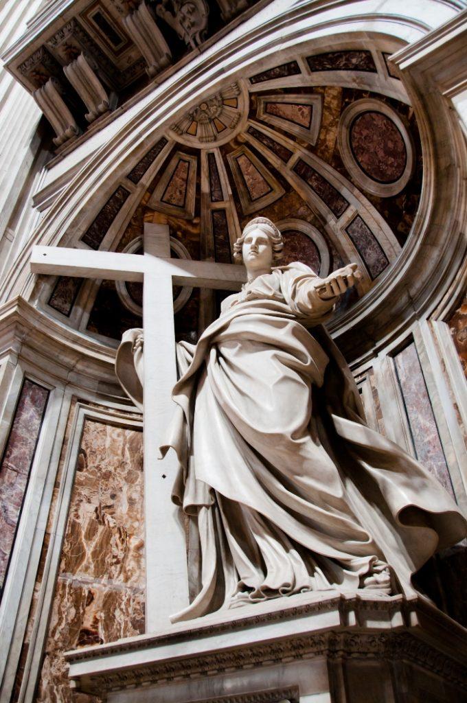 "Basilika Santo Petrus. Patung Santa Helena. Di tiang itu disimpan apa yang dianggap sebagai relikui ""Salib Sejati"". © Lui, Tat Mun | Shutterstock"