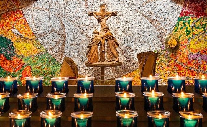 Lilin-lilin dipasang menyertai doa  © Michael Mc Laughlin Photography - CC BY-SA 4.0