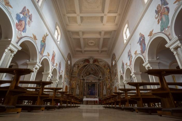Gereja St. Prisca (interior). Itu telah dipulihkan berkali-kali. Pada abad ke-15 gereja itu dipulihkan setelah kebakaran menghancurkan bagian belakang bangunan. © Massimo Salesi | Shutterstock