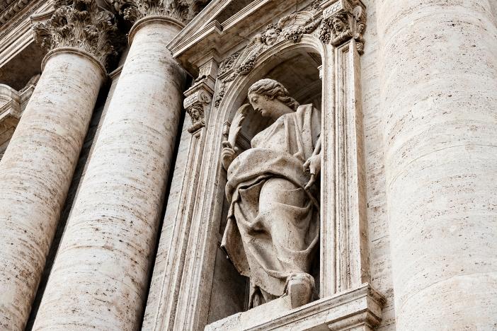 Gereja Santa Susanna di Pemandian Diokletianus: patung Santa Susanna di ceruk sebelah pintu masuk utama © DoorZone | Shutterstock