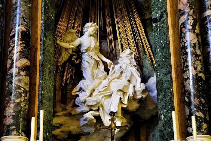 """Patung """"Ekstasi Santa Teresa"""" yang terkenal, di gereja Santa Maria della Vittoria, yang selama beberapa tahun menjadi gereja yang digunakan untuk Stasi Prapaskah bukan di Gereja Santa Susanna yang ditutup untuk restorasi . © silvaner   Shutterstock"""