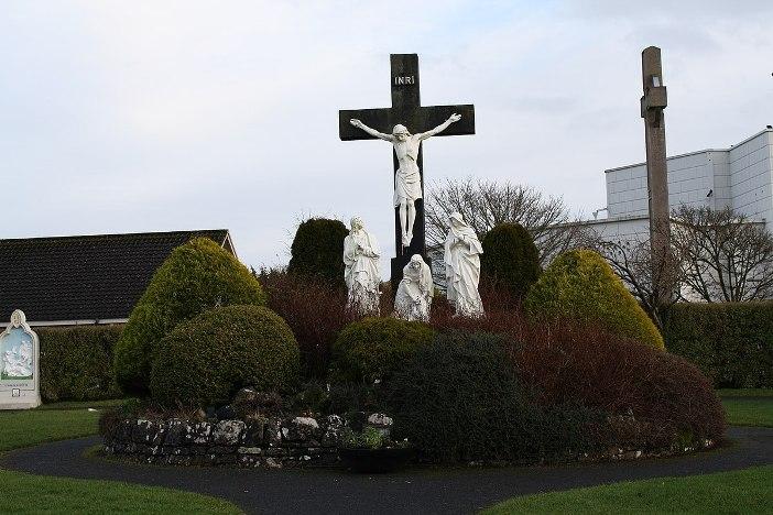 Jalan Salib  Patung-patung yang lebih indah dapat ditemukan di sekitar salib di belakang tempat ziarah. © Geyo John - CC BY-SA 3.0