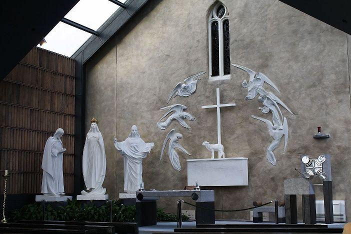 Altar Tempat Ziarah Knock Di belakang altar terdapat patung-patung yang menggambarkan penampakan yang muncul pada abad ke-19. © Geyo John - CC BY-SA 3.0