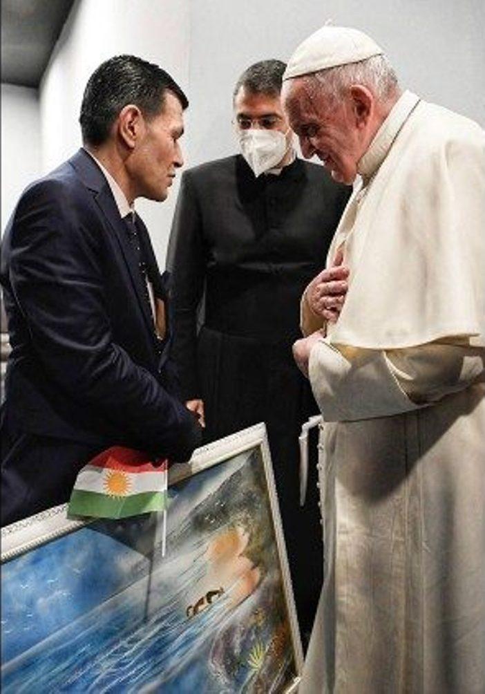 Kurdi memberikan-hambar tentang anaknya kepada Paus Fransiskus
