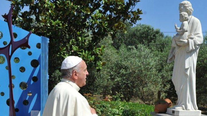 Paus Fransiskus berdoa di depan patung Santo Yosef