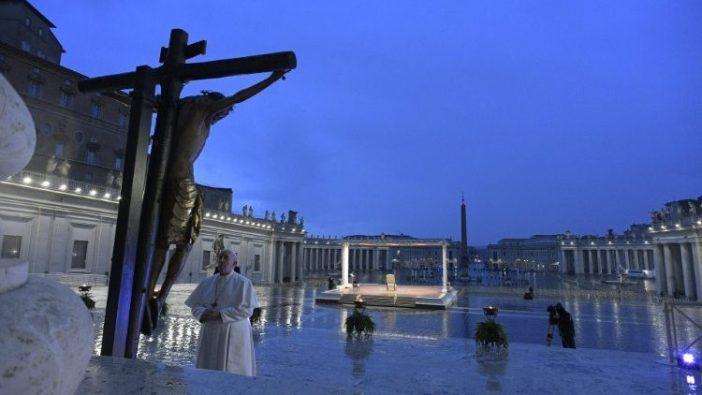 Paus Fransiskus di kaki salib dalam doa selama kockdown 27 Maret 2020. (Vatican Media)