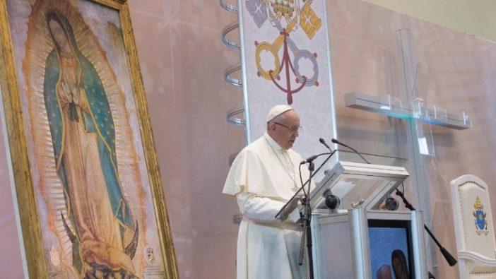 Paus Fransiskus mengunjungi Meksiko tahun 2017. Di belakangnya representasi gambar ajaib Guadalupe dan bendera Vatikan