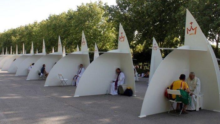 Paus Fransiskus mendengarkan pengakuan dosa