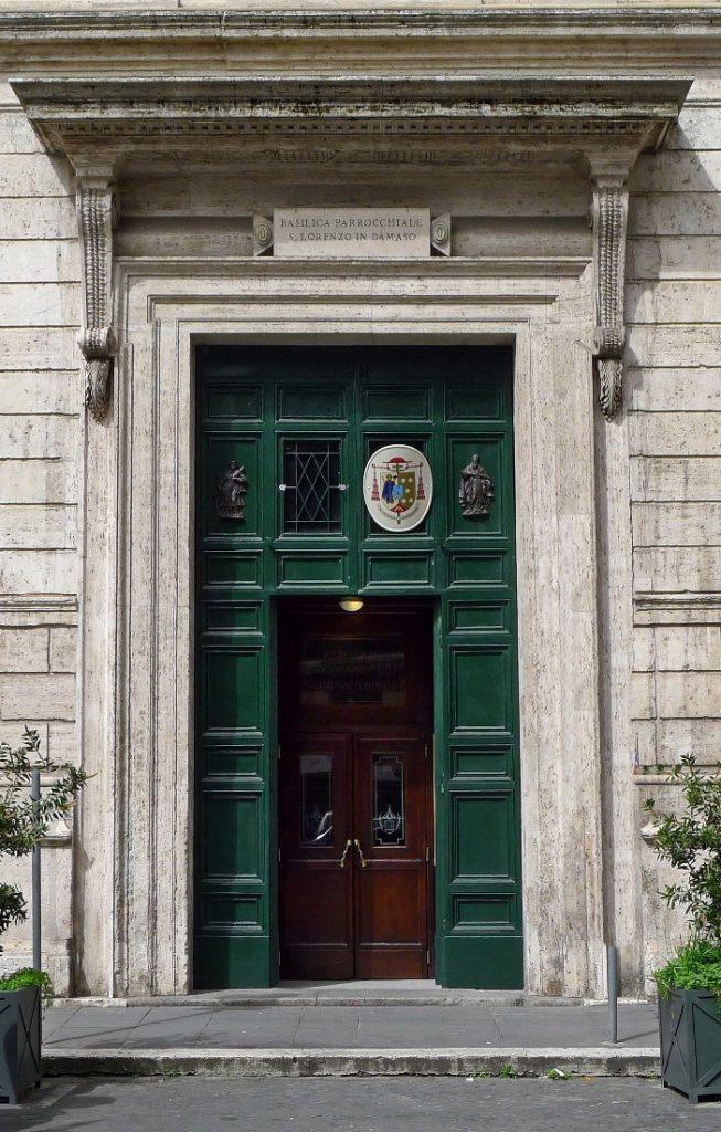 """Basilika Santo Laurensius di Damaso (pintu masuk). Gelar """"di Damaso"""" mengacu pada Santo Paus Damasus I (abad ke-4), seorang pemuja diakon Santo Laurensius, yang berasal dari Spanyol seperti ibu dari Paus itu, Lorenza. © Peter1936F (CC BY-SA 3.0) melalui Wikimedia Commons"""