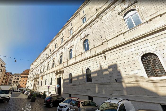 Palazzo della Cancelleria. Pada abad ke-15, Basilika Santo Laurensius di Damaso sedikit dipindahkan untuk membangun Palazzo della Cancelleria, tempat basilika itu didirikan. © Google Earth