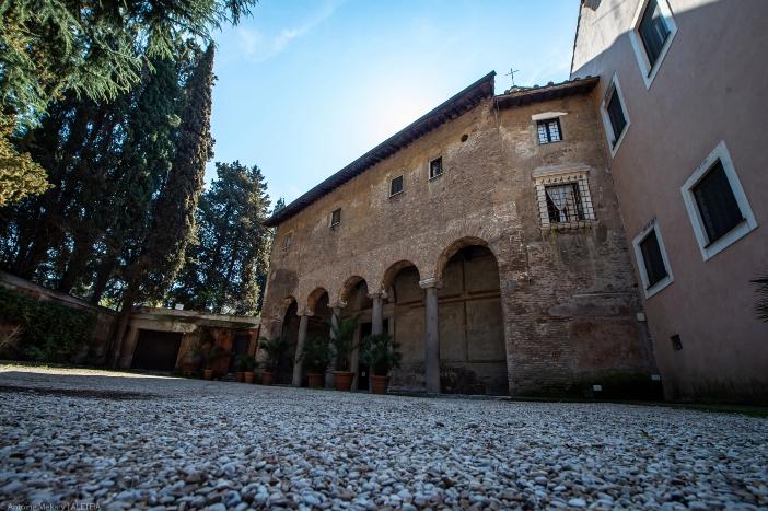 Basilika Santo Stefano al Celio (eksterior). Basilika memiliki momen-momen kemegahan dan masa-masa  pengabaian dan ketidakpedulian. Renovasi besar terakhir dilakukan abad ke-16. © Antoine Mekary   ALETEIA