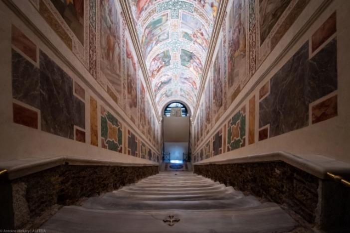 Tempat ziarah Scala Santa. Tangga Suci dilihat dari atas, setelah pemugaran tahun 2019. Menurut tradisi, ini adalah tangga yang dinaiki Yesus di istana Pontius Pilatus, dibawa ke Roma oleh Santa Helena. © Antoine Mekary | ALETEIA