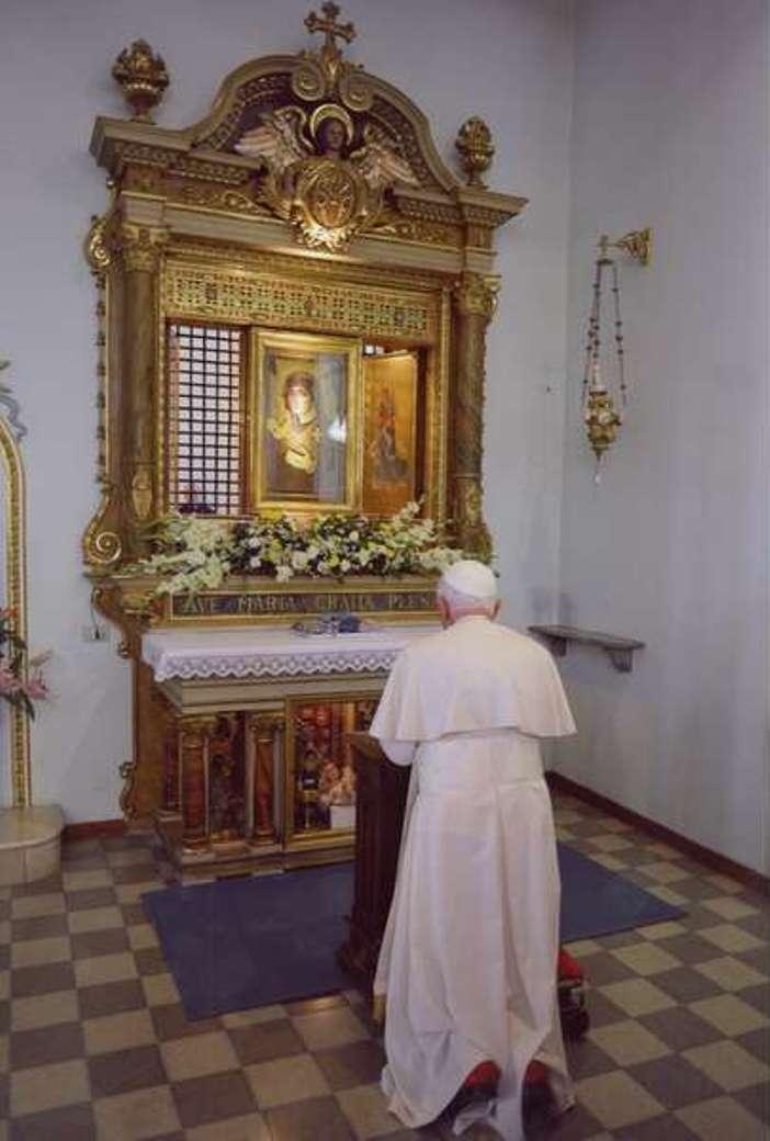 Benediktus XVI berdoa di depan Maria Advocata (Vatican Media)