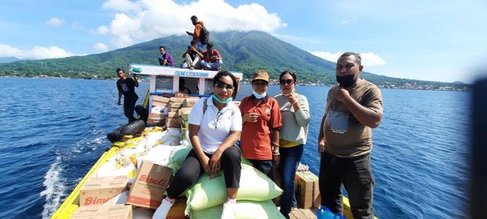 Menyalurkan bantuan dari Larantuka ke Pulau Lembata dan Adonara