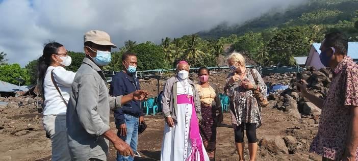 Kunjungan Mgr Kopong Kung ke daerah terdampak
