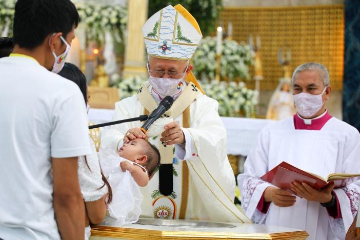 Uskup Agung Cebu Mgr Jose Palma memimpin baptisan 100 anak tanggal 11 April 2021, sebagai bagian dari perayaan 500 tahun baptisan pertama di negara itu. FOTO KEUSKUPAN AGUNG CEBU