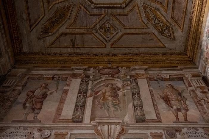 """Basilika Santo Pancratius. Di kapel samping ditemukan penggambaran Santo Pancratius dan pamannya Dionysius. Menurut """"passio"""" (kisah kemartirannya), Pancras, seorang yatim piatu, datang ke Roma dari Frigia bersama dengan pamannya Dionysus. Keduanya menjadi Kristen dan Dionysus segera menjadi korban penganiayaan Diocletian. Pancras segera mengalami nasib yang sama. © Antoine Mekary   ALETEIA"""