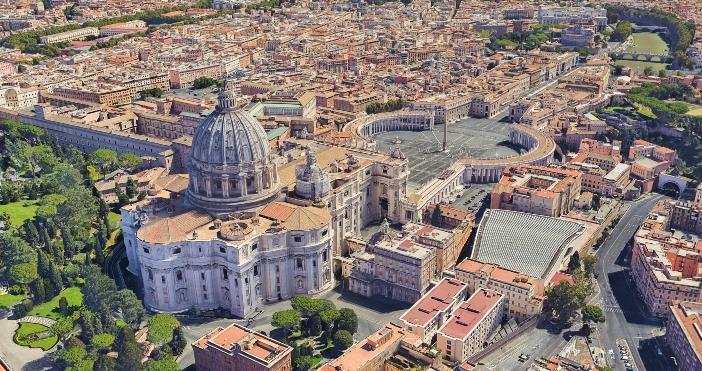 Basilika Santo Petrus (pemandangan udara). Basilika pertama dibangun oleh Kaisar Konstantin sekitar tahun 325. © PaPicasso | Shutterstock