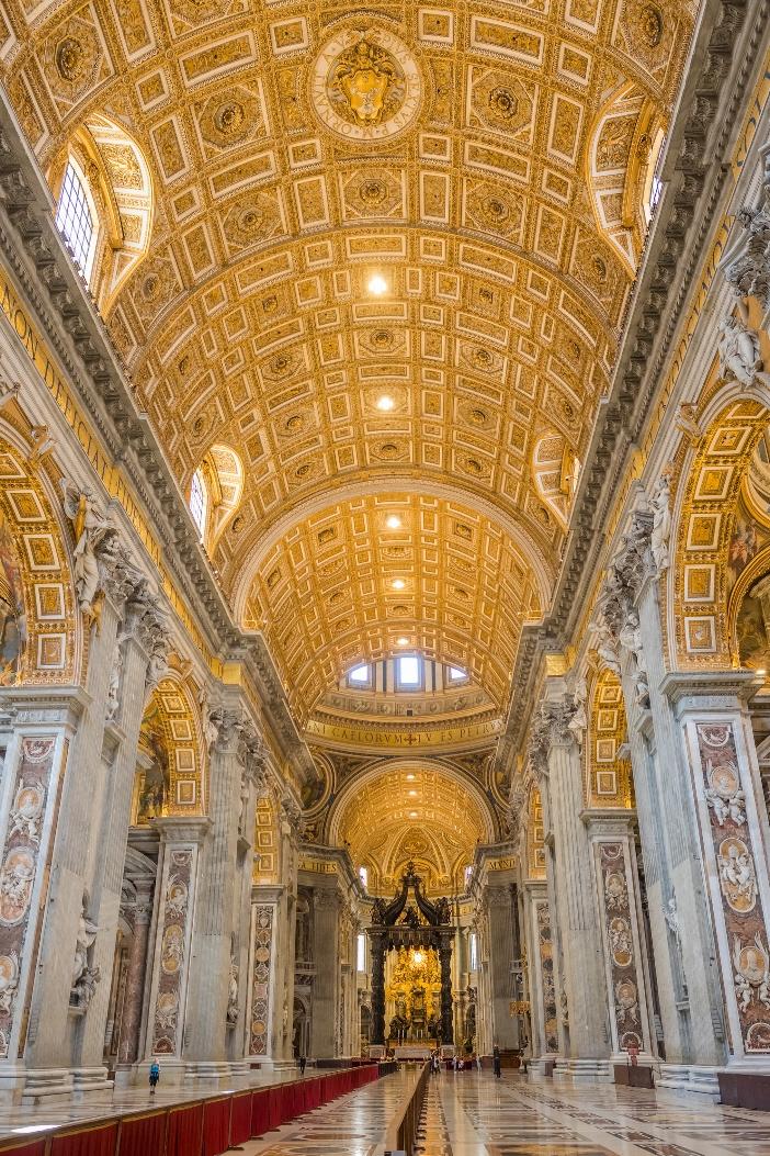 Basilika Santo Petrus (bagian tengah tengah). Ini adalah salah satu basilika terbesar di dunia: bagian tengahnya memiliki panjang 187 meter, mencapai lebih dari 200 meter termasuk atriumnya. © Perjalanan Mazur | Shutterstock