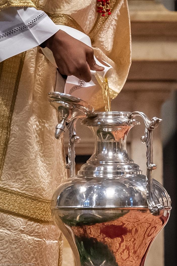 Kamis Putih. Selama Misa Krisma, minyak suci diberkati untuk digunakan dalam sakramen di semua gereja di Keuskupan Roma sepanjang tahun berikutnya. © Antoine Mekary | ALETEIA