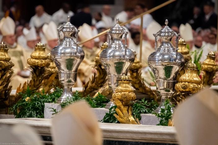 "Wadah minyak suci di Basilika Santo Petrus. Ada tiga jenis minyak suci, ""krisma"" untuk Pembaptisan, Penguatan dan Tahbisan Suci; ""minyak katekumen"" yang digunakan untuk mengurapi orang-orang yang bersiap untuk menerima Baptisan; dan ""minyak orang sakit"" untuk Pengurapan Orang Sakit. © Antoine Mekary | ALETEIA"