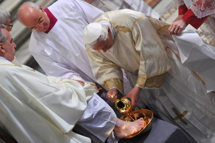 """Santo Yohanes Lateran. Ritus pembasuhan kaki, dalam Misa """"Coena Domini"""" (Perjamuan Tuhan), yang dipimpin oleh Benediktus XVI (2012) © Foto oleh ALBERTO PIZZOLI / AFP"""