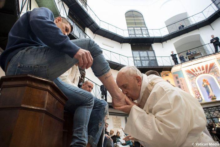 "Penjara Regina Coeli. Ritus pembasuhan kaki dalam Misa Perjamuan Tuhan yang dirayakan oleh Paus Fransiskus bersama para tahanan (2018). Bersama Paus Fransiskus, Misa Perjamuan Tuhan telah menjadi ""berkeliling"" dan tidak dirayakan secara teratur di Sant Yohanes Lateran. © Foto oleh HO / VATICAN MEDIA / AFP"