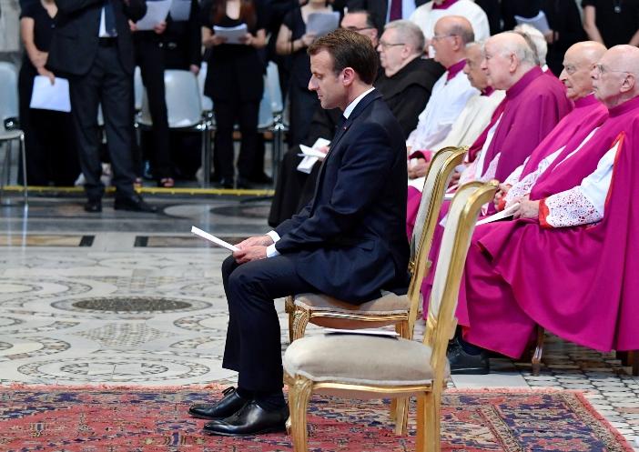 Santo Yohanes Lateran. Presiden Republik Prancis, Emmanuel Macron, saat upacara penganugerahan gelar Kehormatan Protocanon (2018). Gelar ini dianugerahkan kepada para presiden Prancis berdasarkan tradisi yang berasal dari abad ke-15. © Foto oleh Alberto PIZZOLI / AFP