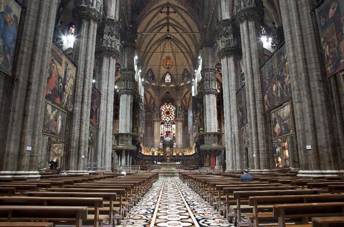 Pemandangan interior katedral di Milan. © Shutterstock-Renata Sedmakova