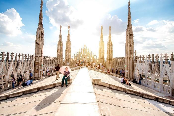 Pemandangan ke barat dari atap Duomo Milan. © Shutterstock-RossHelen