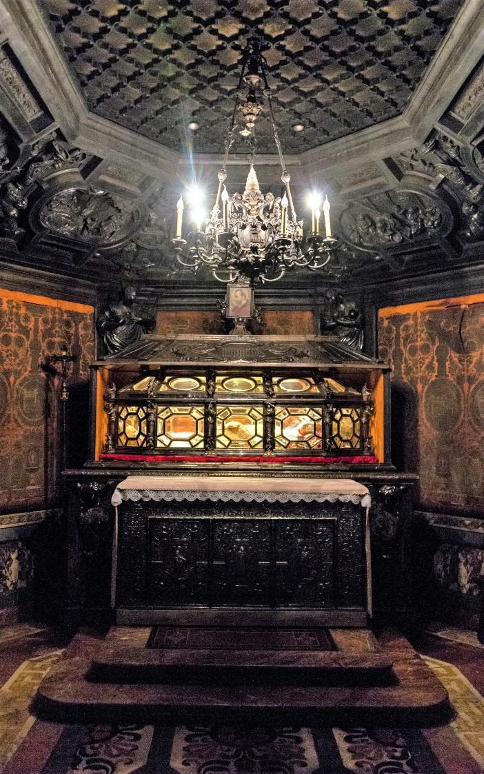 Makam Santo Carolus Borromeus berada di ruang bawah tanah di dalam katedral Milan. © Daniel Case | CC BY-SA 3.0