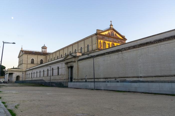 Basilika Santo Paulus di Luar Tembok adalah yang kedua setelah Basilika Santo Petrus berukuran: panjang 131 meter, lebar 65 meter dan tinggi hampir 30 meter. © Massimo Salesi   Shutterstock