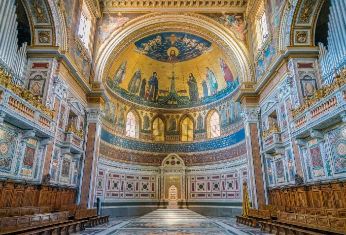 Basilika Santo Yohanes Lateran. Mosaik apse adalah meditasi besar tentang nilai keselamatan dari Pembaptisan. © Stefano_Valeri | Shutterstock