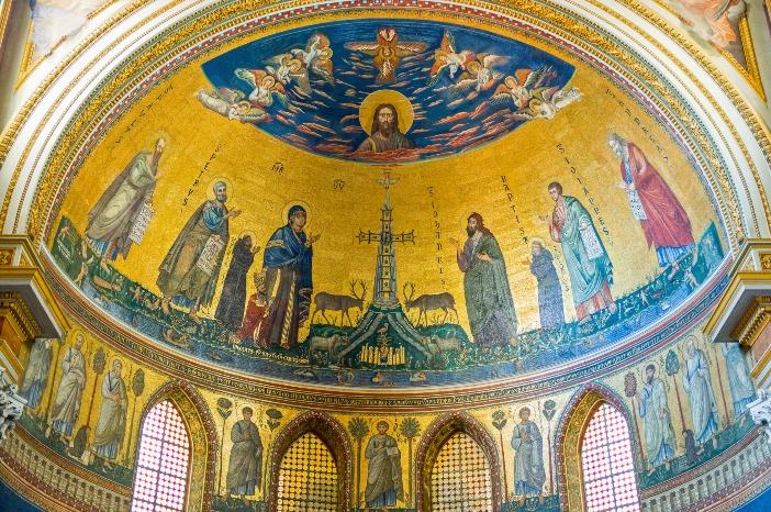 Basilika Santo Yohanes Lateran. Mosaik apse adalah restorasi akhir abad ke-19, yang mempertahankan ikonografi dari mosaik abad ke-13 yang ditugaskan oleh Nicholas IV, yang nampak di kaki Perawan Maria. © Gimas | Shutterstock