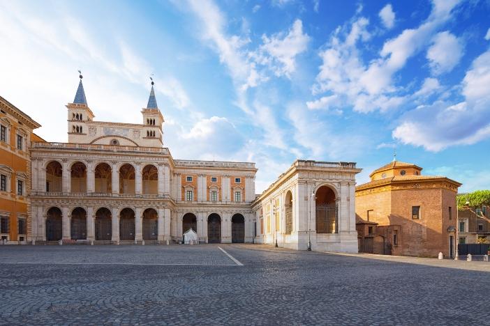 Tempat Pembaptisan Santo Yohanes Lateran. Tempat pembaptisan itu merupakan bangunan segi delapan dari era Konstantinian, yang berdiri di sebelah basilika. © Phant | Shutterstock