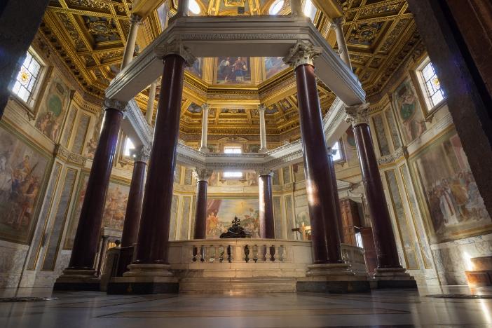 Tempat Pembaptisan Santo Yohanes Lateran. Kaisar Konstantin sendiri diperkirakan menerima Baptisan di sini. © Massimo Salesi | Shutterstock