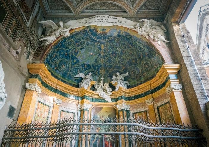 Tempat Pembaptisan Santo Yohanes Lateran. Pada abad ke-12, apsidioles diubah menjadi kapel Santo Siprianus dan Yustina (foto) serta Santa Rufina dan Santa Sekunda. © Stefano_Valeri | Shutterstock