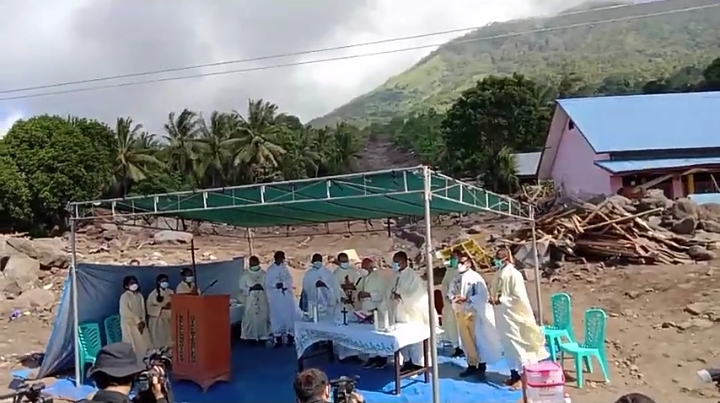Mgr Fransiskus Kopong Kung dalam kotbah Misa Hari Minggu Paskah Kedua, Minggu Kerahiman Ilahi, di lokasi terdampak banjir bandang di Desa Nelelamadike, Ile Boleng, Adonara (PEN@ Katolik/pcp/screenshot)