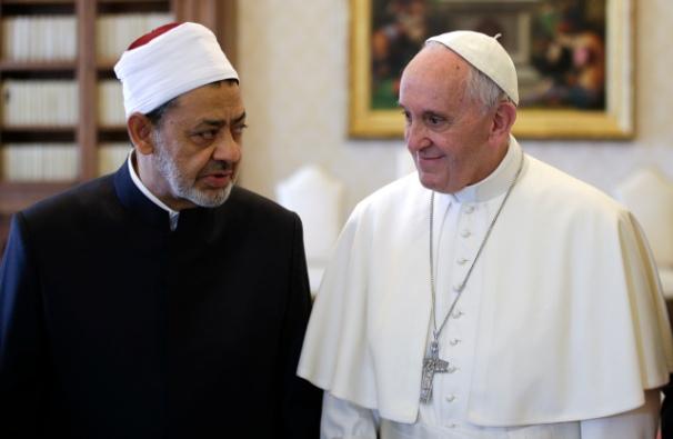 MAX ROSSI / POOL / AFP Paus Fransiskus  berbicara dengan Imam Besar asal Mesir dari Masjid al-Azhar Sheikh Ahmed Mohamed al-Tayeb dalam audiensi pribadi di Vatikan, 23 Mei 2016.  FOTO AFP / KOLAM RENANG / MAX ROSSI