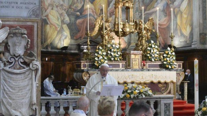 Merayakan Oktaf Paskah di Gereja Santo Spirito di Sassia, Paus Fransiskus menyampaikan homili dalam Misa Hari Minggu Kerahiman Ilahi. (Vatican Media)